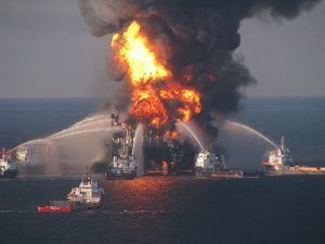 640px-Deepwater_Horizon_offshore_drilling_unit_on_fire