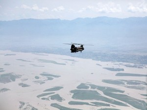 640px-US_Army_helicopter_flies_over_a_flood-affected_area_of_Pakistan