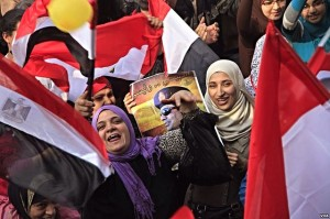 Participants_holding_flags_and_pictures_of_Abdel_Fateh_el_Sissi