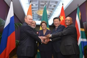 BRICS_heads_of_state_and_government_hold_hands_ahead_of_the_2014_G-20_summit_in_Brisbane, _Australie
